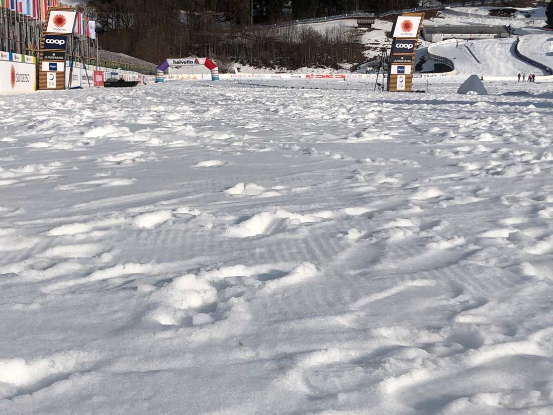Upploppet är löst och sladdrigt. Den blöta snön ställer till det.
