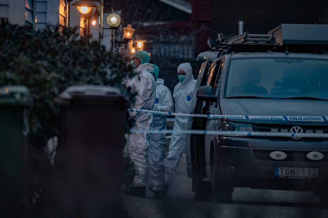 För ett par veckor sedan hittades en död kvinna  i en lägenhet i Järfälla norr om Stockholm. En förundersökning gällande mord är inledd. I Stockholm ökade antalet mord under 2020, i bland annat Malmö och Uppsala minskade de.