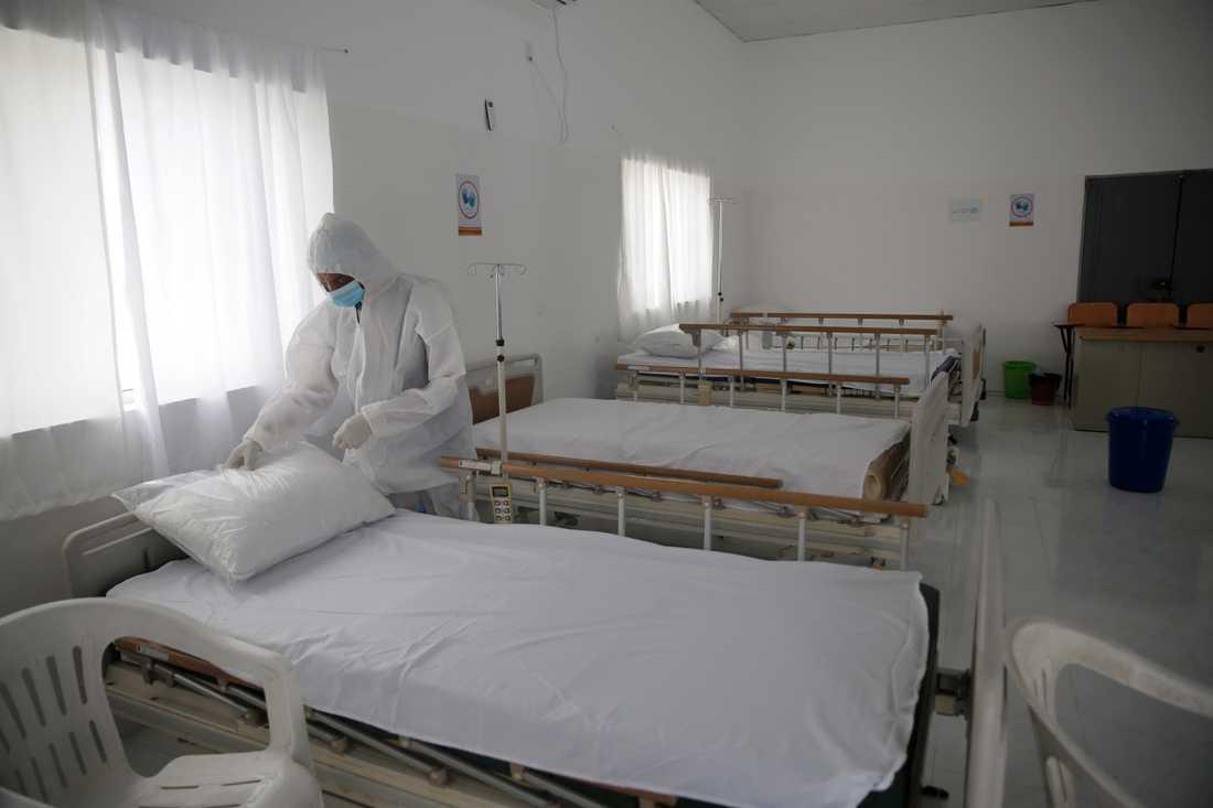 Vårdarbetare förbereder ett rum där coronaviruspatienter ska isoleras på ett sjukhus i Jemens huvudstad Sanaa. Bilden är från den 15 mars.