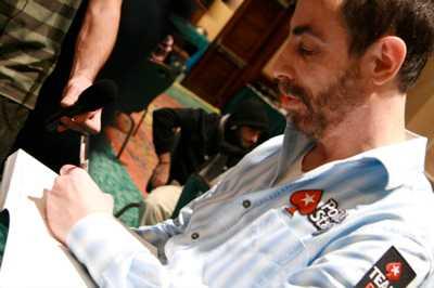 """Barry Greenstein signerar alltid sin bok """"Ace on the river"""" och ger ett ex till den som slår ut honom ur en pokerturnering. Han är också känd som välgörare – och numera även som mannen som förlorade tidernas största pott."""