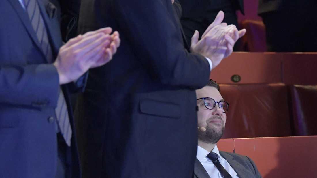 Sverigedemokraternas partiledare Jimmie Åkesson applåderas efter omvalet på partiets landsdagar i Örebro.