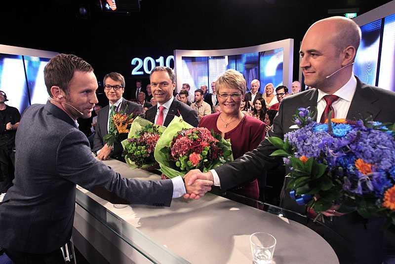 """sågning När sändningen var slut i TV4:s utfrågning av alliansen var partiledarna kritiska mot programledarnas frågor. De tyckte att Jenny Östergren och Malou von Sivers var för hårda. """"Jag hoppas att de är lika tuffa mot den andra sidan"""", säger KD:s Göran Hägglund. """"Att politiker inte tycker att de får rätt frågor är inte så konstigt"""", säger Malou von Sivers."""