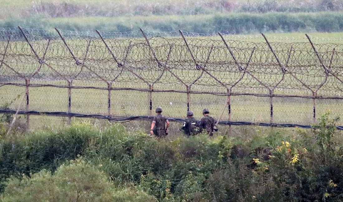 Sydkoreanska soldater patrullerar i närheten av gränsen till Nordkorea på söndagsmorgonen.