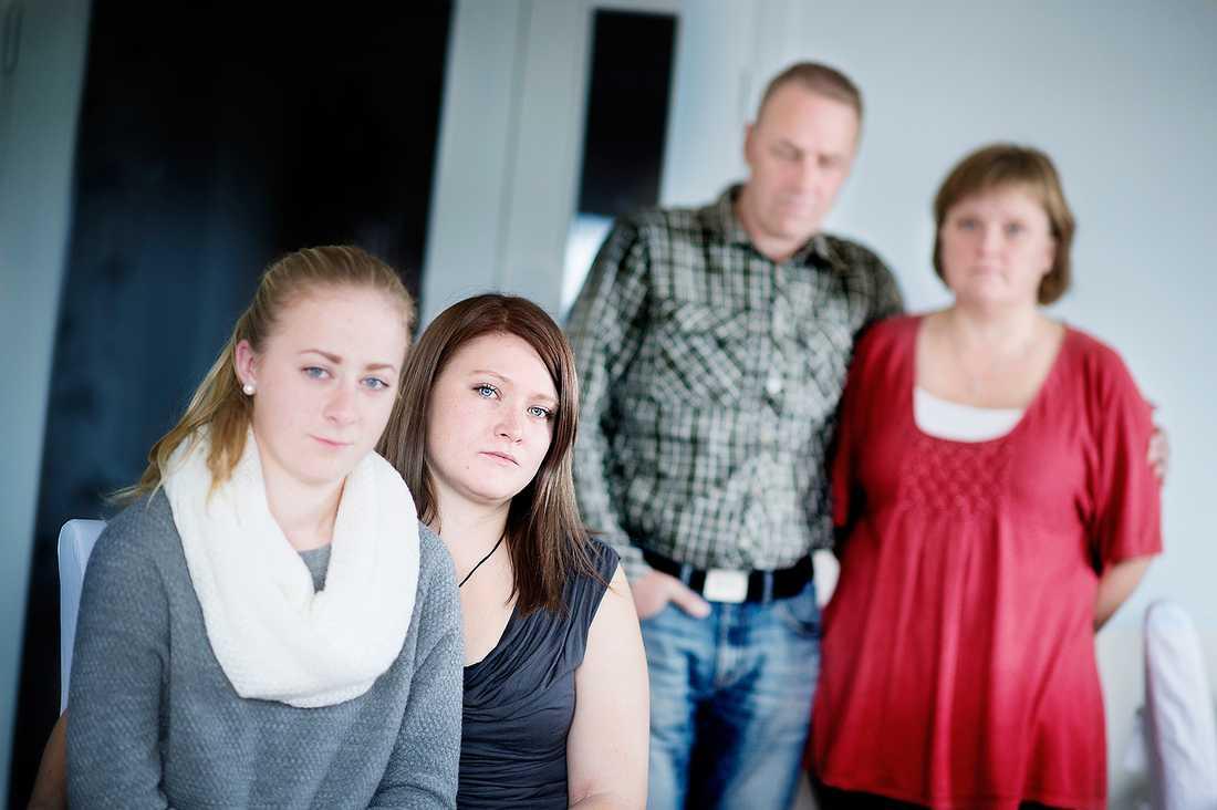 """DERAS SORG RÄKNAS INTE """"Syskonen är väldigt bortglömda. Vår sorg räknas inte. Vi saknar Ellinore varje dag"""", säger Elin Ölmerud, 23, och Lovisa Dahlberg, 20. Någon hjälp från vården har Elin fortfarande inte fått. En diakonissa från kyrkan stöttade familjen i den akuta krisen, berättar Liselotte Ölmerud och Lovisas pappa, Jörgen Ölmerud. En ny studie från Karolinska institutet bekräftar syskonens upplevelse. Få som förlorar ett syskon i självmord erbjuds någon typ av stöd."""