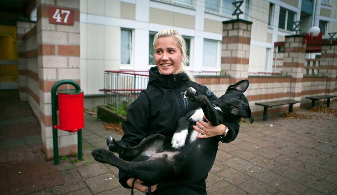 """står för sin röst Anna Handberg, 23, säger vad hon tycker. """"Jag lever på 2 000 kronor i månaden i socialbidrag. Jag tycker att Sverige först och främst borde tänka på sina egna medborgare innan vi hjälper andra."""""""
