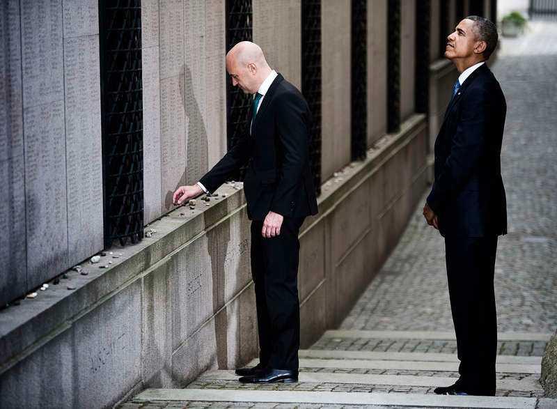 """4 SEPTEMBER, STOCKHOLM Finbesök i stan. Statsminister Fredrik Reinfeldt och Barack Obama besökte Stora synagogan i Stockholm. Under besöket hedrade den amerikanske presidenten minnet av Raoul Wallenberg. """"Vi bör alla jobba vidare i Wallenbergs anda"""" sa Barack Obama."""