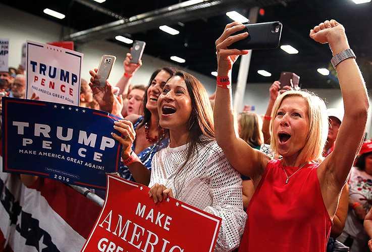 """Från något av Donald Trumps valmöten. Folkets inflytande börjar bli för stort, menar allt fler opinionsbildare och makthavare. """"De har svårt att acceptera att det är ekonomiska och sociala faktorer som påverkat väljarna"""", skriver Åsa Lindeborg."""