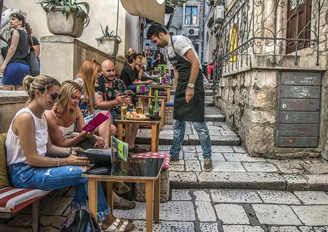 Det finns flera restauranger längs trapporna i Gamla stan.