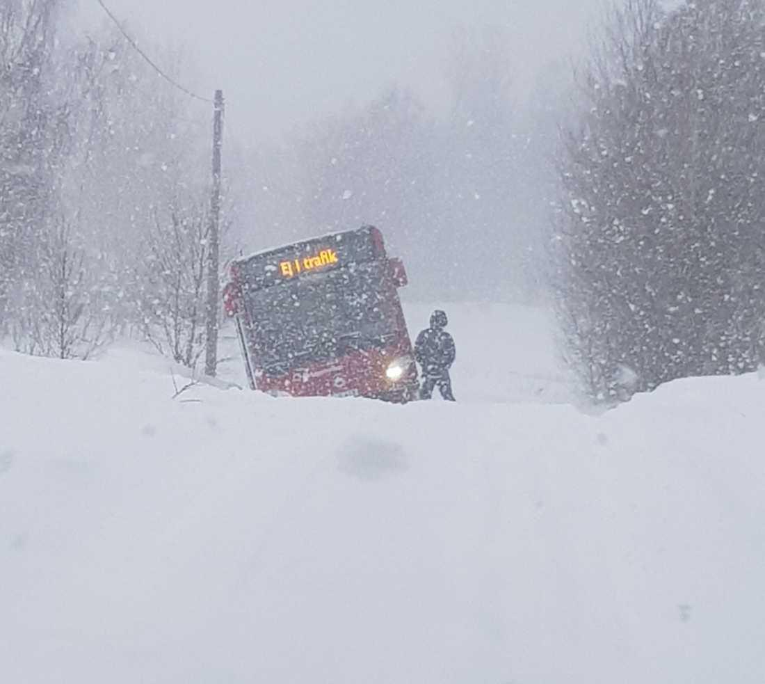Bussen fick bärgas från platsen.