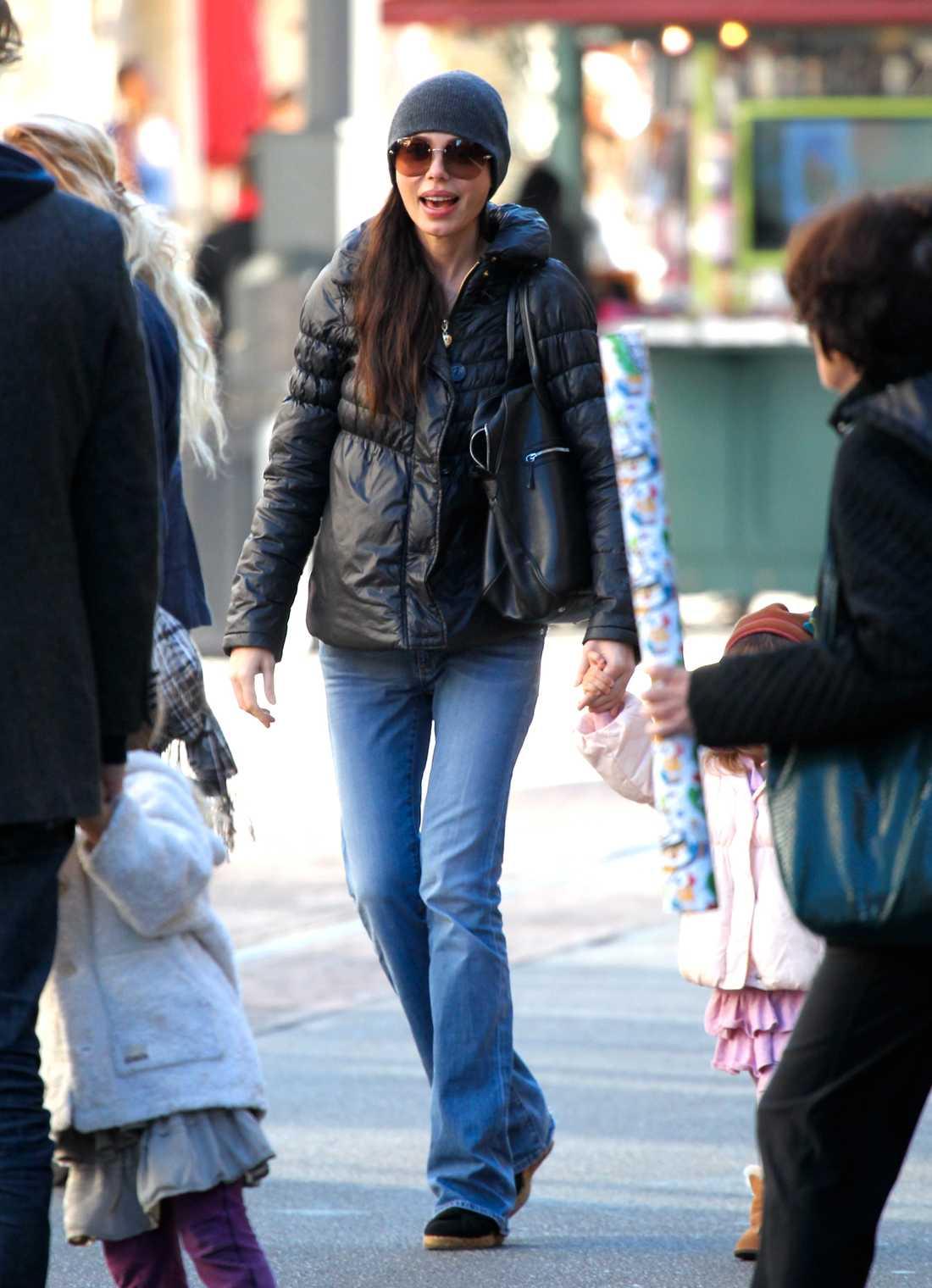 Oksana Grigorieva, Mel Gibsons gamla flamma, pianisten Grigorieva, shoppade de sista julklapparna i The Grove, Beverly Hills synnerligen nedklädd i bootcut-jeans och svart dunjacka.