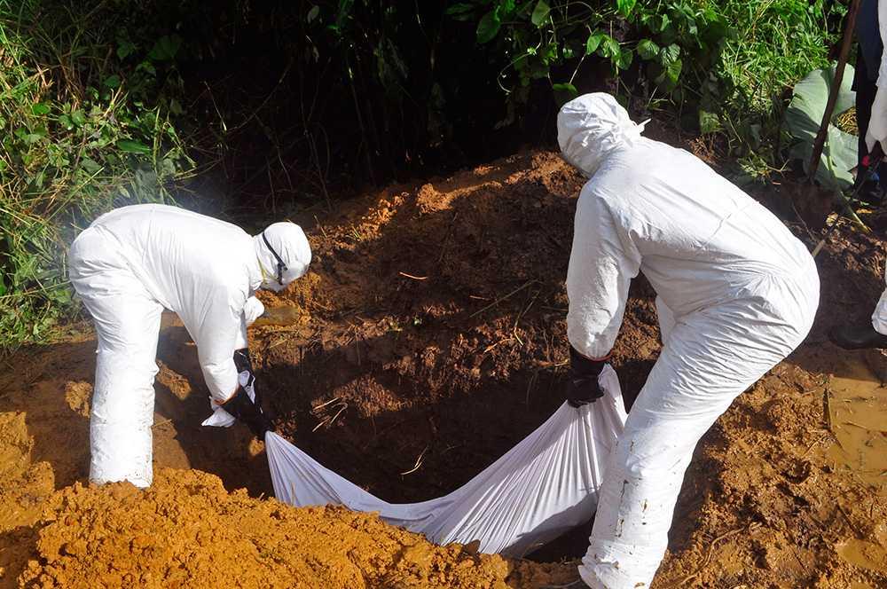 En ebolasmittad kropp begravs.
