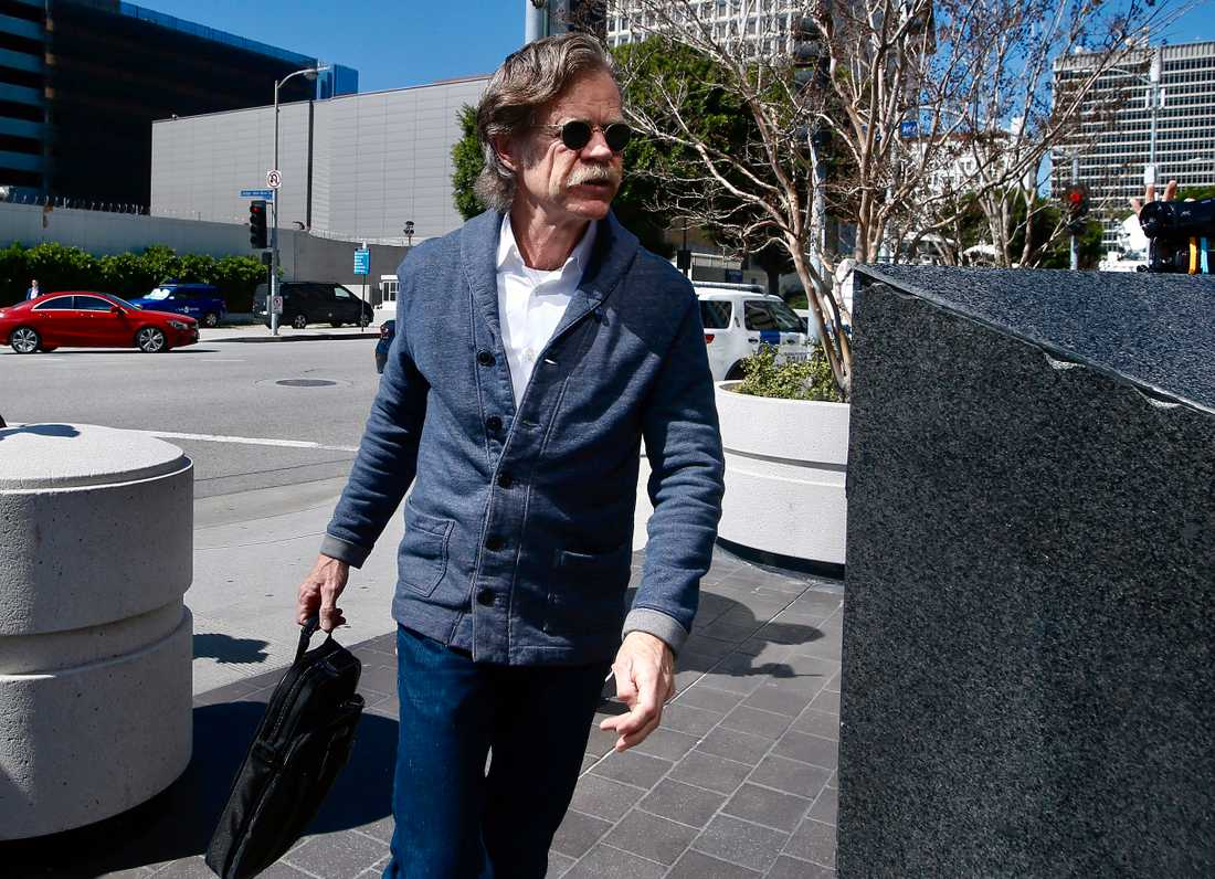 Felicity Huffmans man William H. Macy anländer till rätten i Los Angeles.