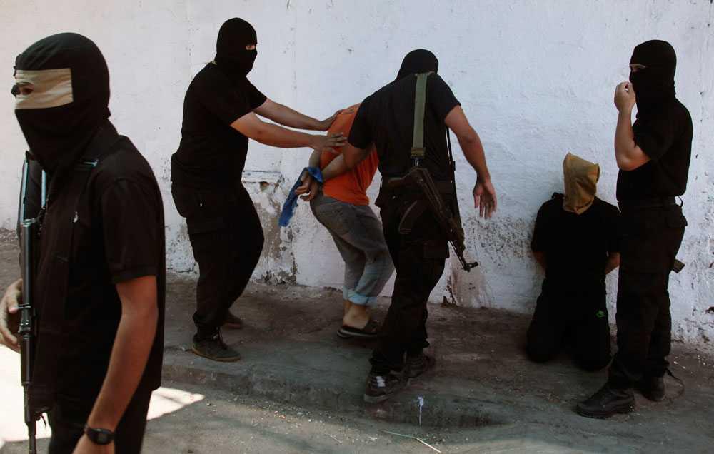 Militanta Hamas-anhängare tillfångatar palestinier som tros ha samarbetat med Israel. 18 personer uppges ha avrättats.