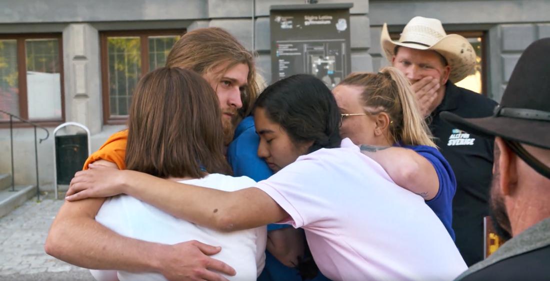 De andra deltagarna kramar om Mats Thureson.