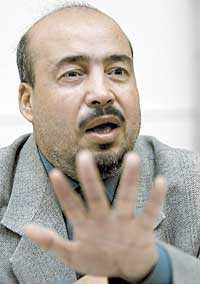 MISSNÖJD BOKHANDLARE I går kom Shah Mohammad Rais till Sverige. Han är fortfarande mycket upprörd över hur Åsne Seierstad beskrivit hans familj i boken  Bokhandlaren i Kabul .