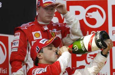 Förra årets världsmästare Kimi Räikkönen står i skymundan av Felipe Massa.