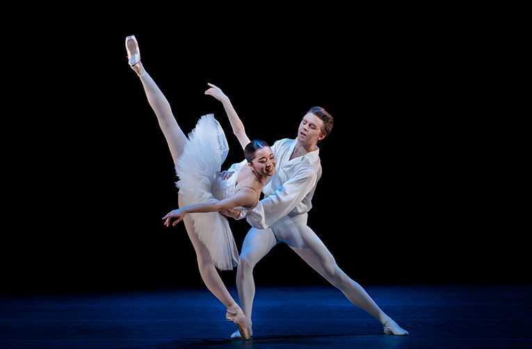 """Haruka Sassa och Calum Lowden i """"Suite en blanc"""" på Kungliga Operan."""