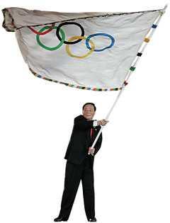 Wang Quishan, borgmästare i Beijing, svingar den olympiska flaggan.