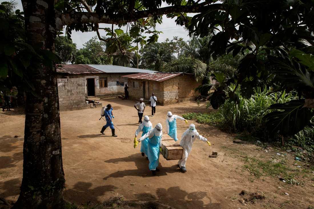 Genom slumområdet crab hole, i utkanten av Liberias huvudstad Monrovia, bär begravningsteamet Augustins kropp i en träkista familjen förberett. Längs byns gator leker barnen. De tar ingen större notis om den döda kroppen som bärs genom området. det är ingen ovanlig syn för dem.