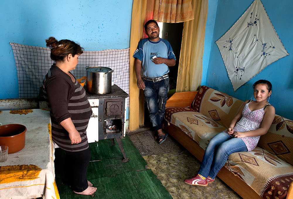 """""""Ett bra jobb"""" Ilona Pongo, Jozsef Harkacy och deras dotter Jennifer, 14. Jozsef har aldrig haft ett fast arbete. På somrarna plockar han äpplen och körsbär åt odlare runtom i Ungern. Det är bra jobb, säger Jozsef. Vita. Pensionsgrundande."""
