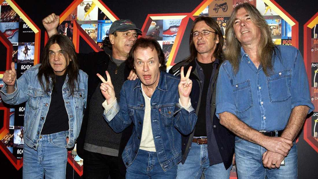 AC/DC 2003, från vänster Malcolm Young, Brian Johnson, Angus Young, Phil Rudd och Cliff Williams.
