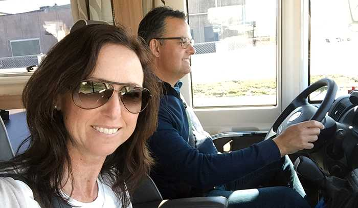 Caroline och Glenn Möllesand insåg att de knappt använde sin sommarstuga och valde att köpa husbil i stället.