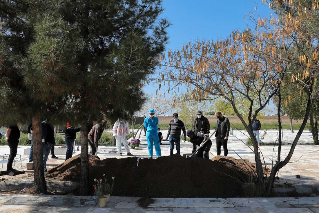 Ett coronavirusoffer begravs utanför Teheran.