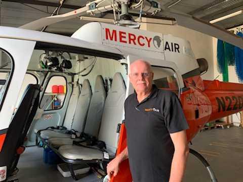 Bo Nilsson framför en av Mercy Ais två helikoptrar.