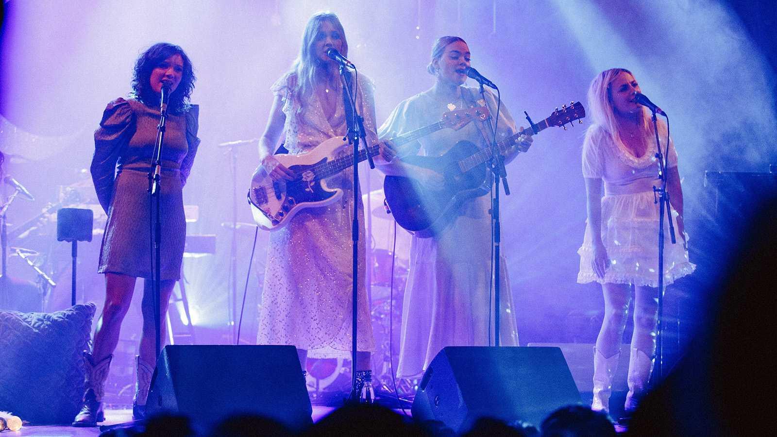 """Julkonserten """"Winter is blue"""" med Amanda Bergman, First Aid Kit och Maja Francis på Södra teatern i Stockholm är gnistrande vacker."""
