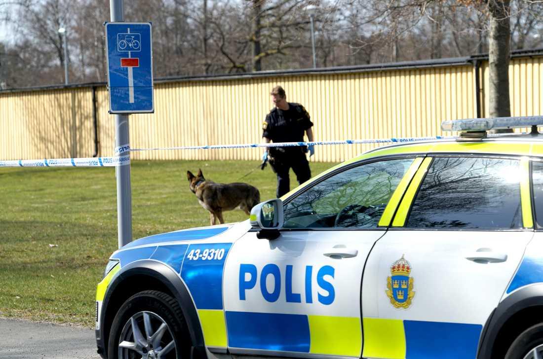 Polisen söker spår på platsen.