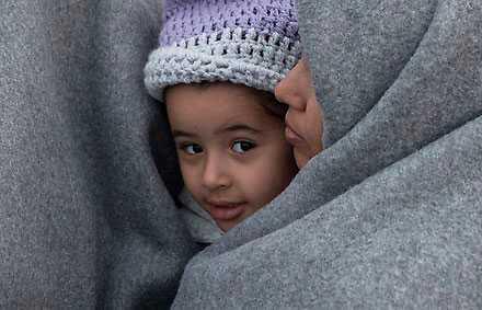 Syriska flyktingar fast vid gränsen mellan Grekland och Makedonien.