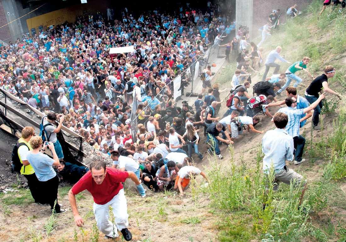 för sent Tusentals personer trängdes i tunneln som var festivalens huvudentré när polisen beordrade besökarna att vända om. Men uppmaningen kom för sent.