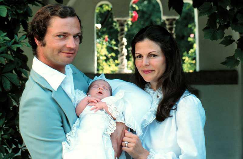 Nyfödd Victoria Ett stolt kungapar visar upp sitt första barn – Victoria.