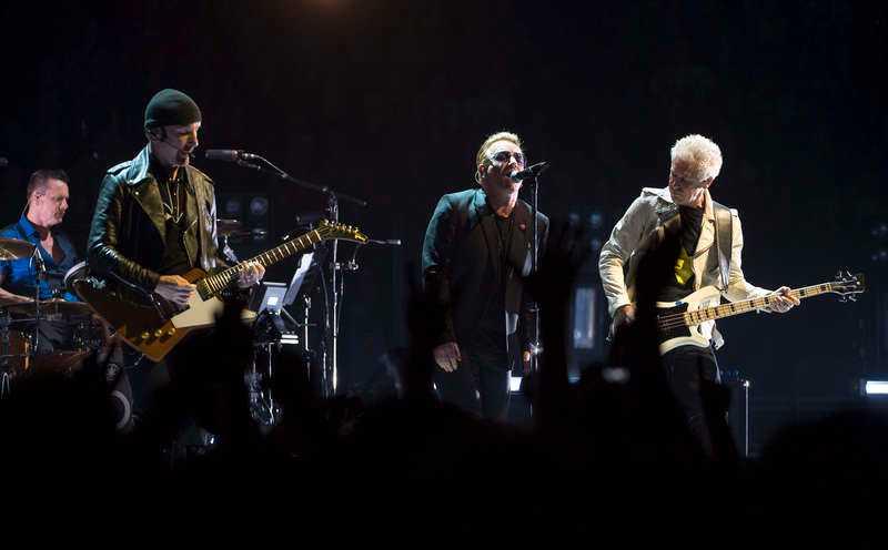 """NU Ett svajigt U2 under turnépremiären i Vancouver i maj i år. """"Kejsaren börjar tappa sina kläder"""" skrev Markus Larsson."""