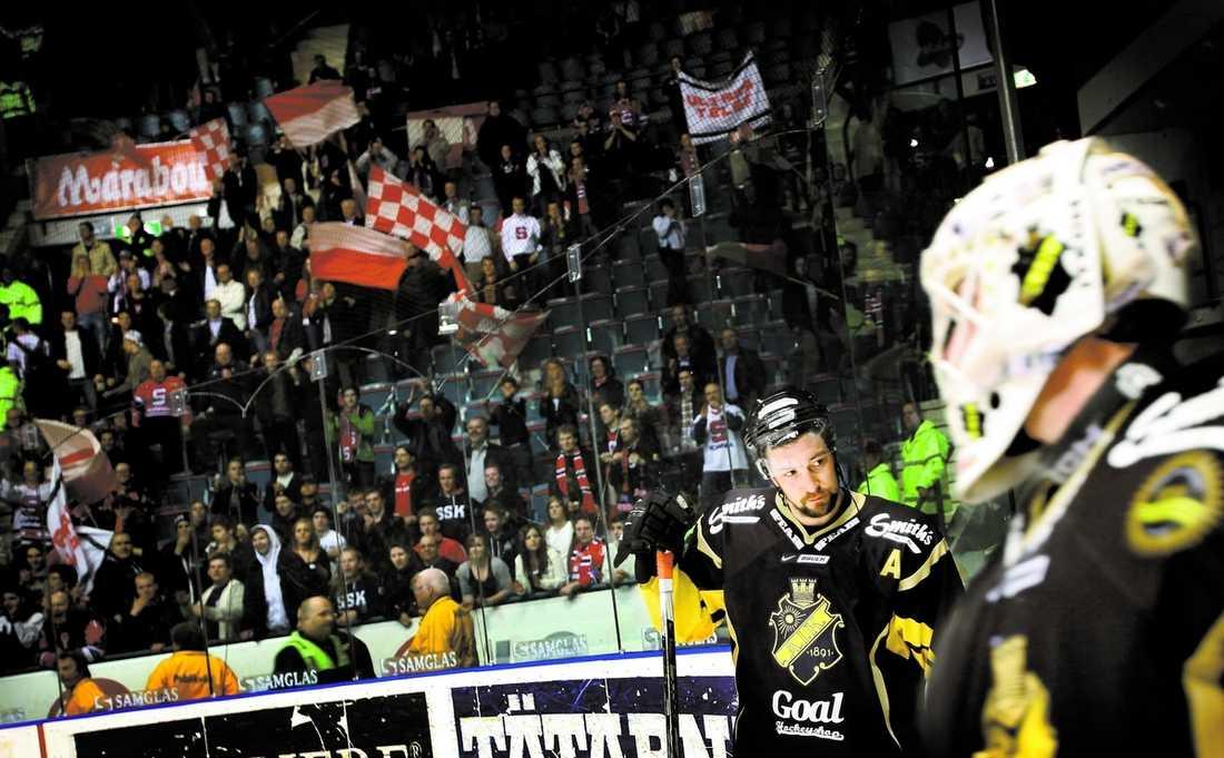 Dragan Umisevic jublar åt elitserieplatsen.Deppigt AIK:s spelare inser att loppet är kört för den här gången. SSK-fansen firar att återtåget till elitserien nu är klart.