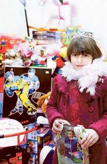 Svenska barn får i genomsnitt över 200 kilo leksaker innan de fyller 13. Leila Guidmiui, 7, gillar Barbiedockorna bäst.