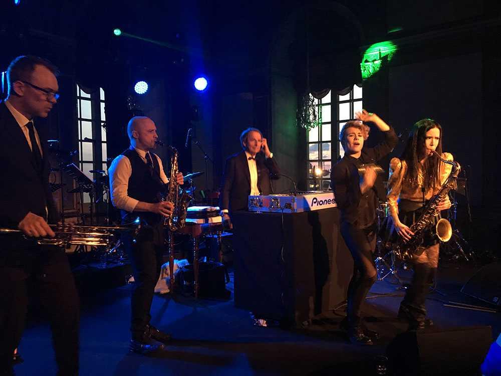 DK Anders Wickman och musikerna uppträder precis innan kungen kliver upp och jammar med.