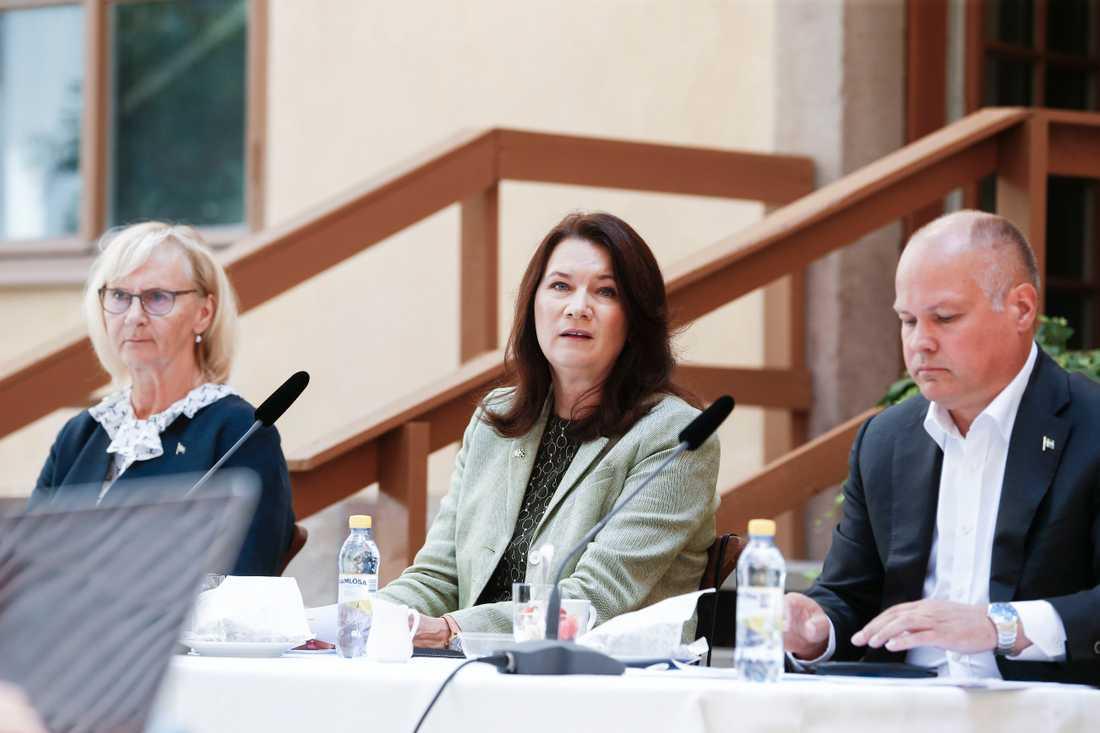 Utrikesminister Ann Linde (S), i mitten, tillsammans med civilminister Lena Micko (S) och justitieminister Morgan Johansson (S) på regeringens sommarfika.