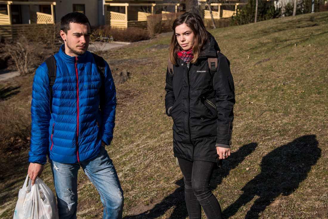 """Pvolodynyr Oskolip och Ola Shveola bor alldeles i närheten av brottsplatsen. """"Det som hänt är så sorgligt"""", säger Ola."""