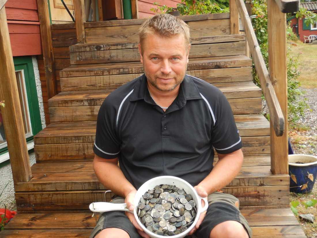 Birger hittade tusentals kronor på sjöbotten