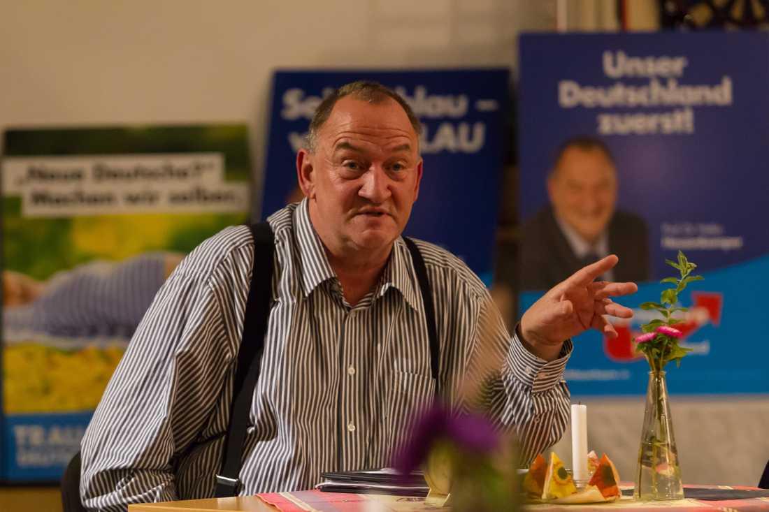 """Heiko Hessenkemper (AfD) berättar roliga historier under valkampanjen 2017 på en ölstuga i Freiburg utanför Dresden. På valaffischerna bakom honom står buskapen """"Vårt Tyskland först"""" och """"Nya tyskar? Vi gör oss själva."""""""