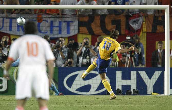 I kvartsfinalen mot Holland var Zlatan inte lika lyckosam. Här missar han från elva meter i den avgörande straffläggningen.