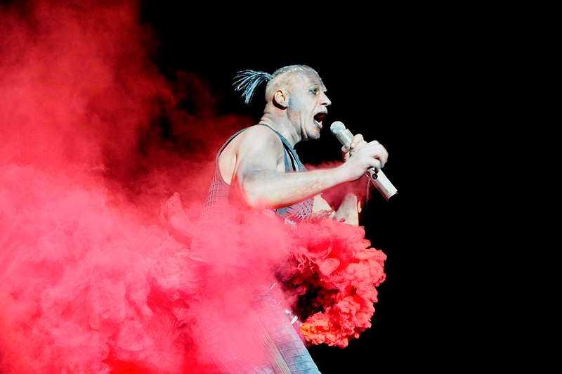 ROSENROT Rammstein gör en show där det känns fullkomligt naturligt att det sprutar rosa rök ur sångarens skrev.