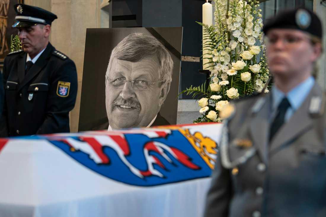 Mannen som misstänks för mordet på den tyske politikern Walter Lübcke uppges ha erkänt. Arkivbild från Lübckes begravning den 13 juni.