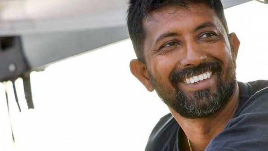Den indiske ensamseglaren Abhilash Tomy har legat skadad på sin båt, vars mast gått av i det hårda vädret, mitt ute i Indiska oceanen i över ett dygn.