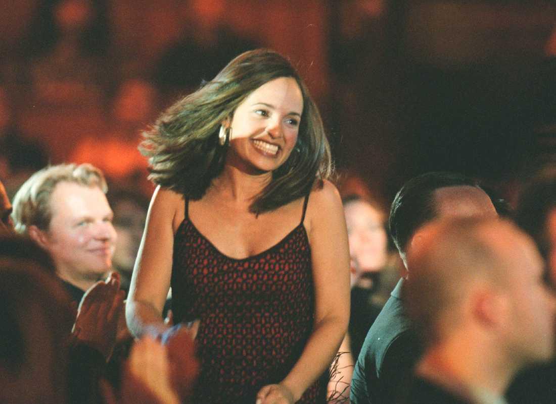 """1999 fick Emilia ta emot priset för bästa låt, """"Big big world"""", på Grammisgalan."""
