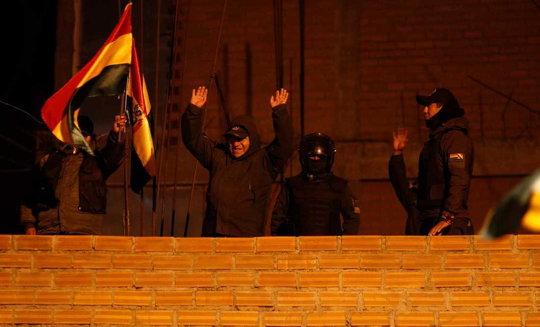 Oppositionella poliser demonstrerar mot regeringen i La Paz i Bolivia under fredagen.