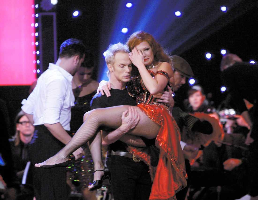 fick bäras ut Dansaren Tobias Karlsson bar ut Lampenius från scenen.