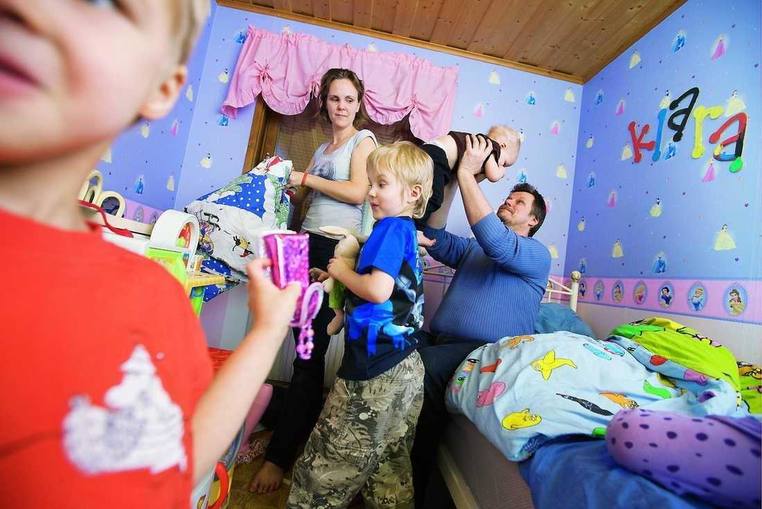 """""""Det går rätt så smidigt"""" Enligt Anna och Pekka är det inte så jobbit som man kan tro med fem barn. Barnen roar sig mycket med varandra och de äldre tar hand om de yngre."""