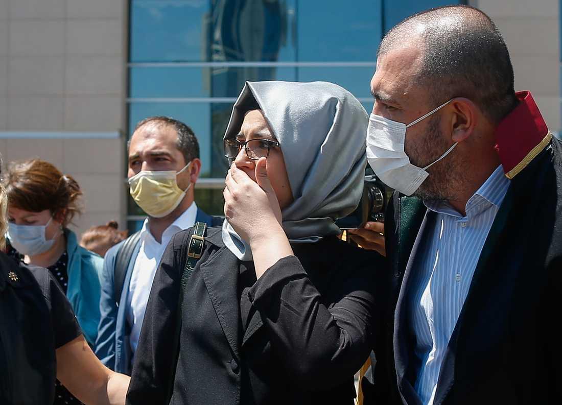 Hatice Cengiz, Jamal Kashoggis fästmö, anländer till domstolen i Istanbul.